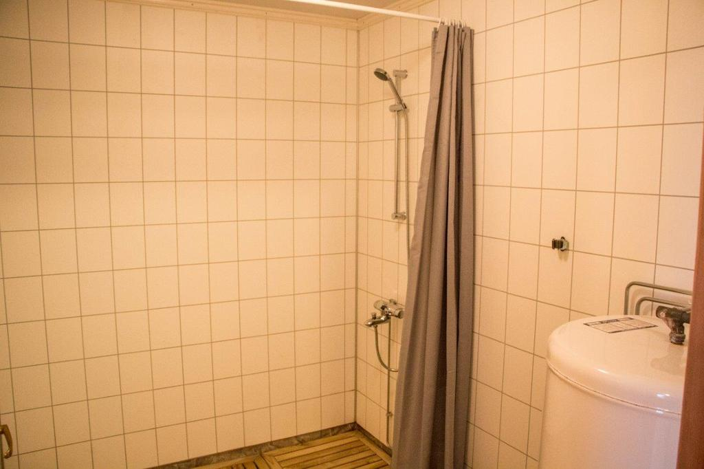 /pictures/senjhavf/BO/Senja Havfiske - shower in sauna area.jpg